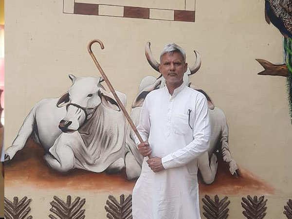 गाय के गोबर से सीमेंट, ईंट और पेंट बनाकर, ये किसान सालाना…50 से 60 लाख रूपये कमाई कर रहा
